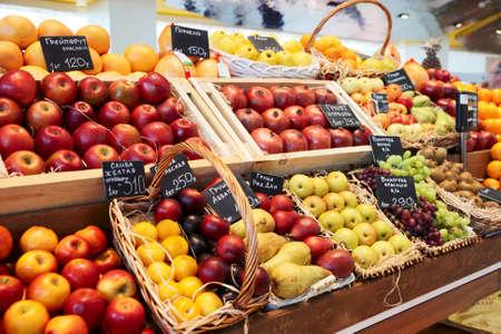 Regal mit Früchten auf einem Bauernhof Markt
