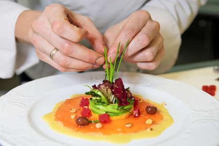 Chef schmückt salmon appetizer