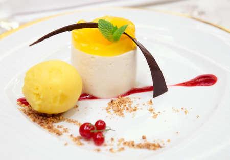 Berry Dessert in Teller close-up Standard-Bild