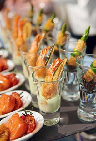 buffet food: Gafas con bocadillos de mariscos - Plato de banquetes
