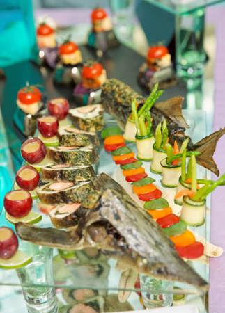 mesa para banquetes: Esturi�n plato en la mesa de banquete Foto de archivo