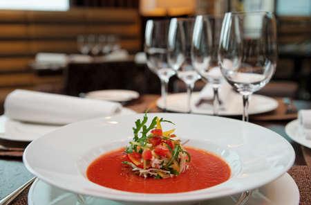 Soup auf dem Tisch im teuren Restaurant