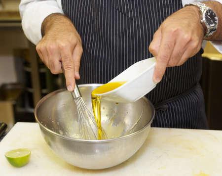 aceite de cocina: El cocinero est� preparando la salsa en la cocina de restaurante
