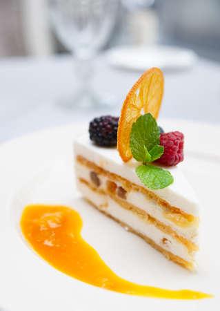 sycylijski: Cassata sicilian deser na stół w restauracji