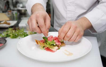 Chef-kok is het maken van schaal-en schelpdieren voorgerecht op professionele keuken