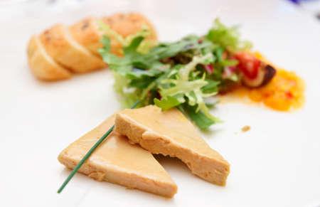 Ganzenlever met tropisch fruit saus en verse broodjes, beperkte focus Stockfoto