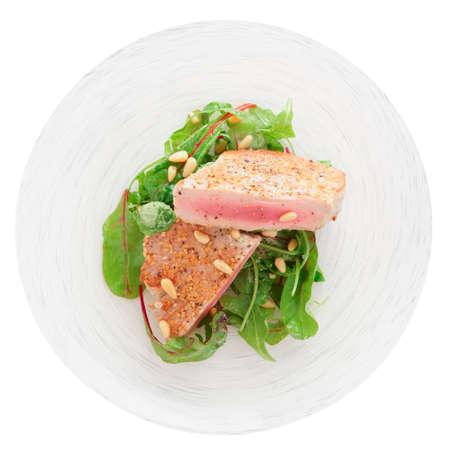 pinoli: Leggermente scottato bistecca di tonno con sesamo e insalata fresca isolato su bianco Archivio Fotografico
