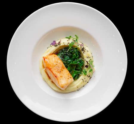 Gebakken visfilet met aardappel puree op restaurant tafel