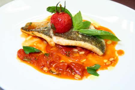 Zeebaars gebakken met groenten op plaat Stockfoto