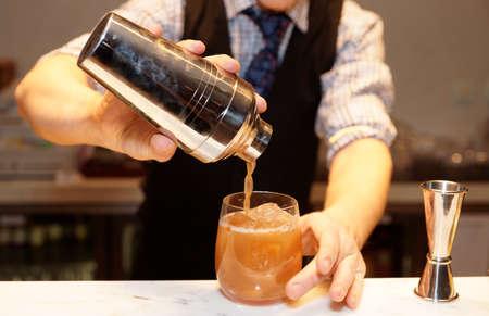 Barman is het maken van een cocktail in bar