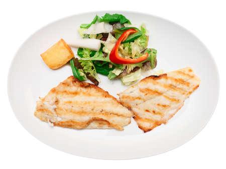 seabass: Filete de lubina a la parrilla en plato, aislado en blanco