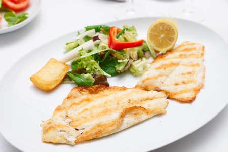 seabass: Filete de lubina en placa, restaurante de comida Foto de archivo