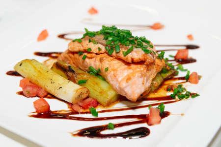 sautee: Filetto di salmone con radicchio e porri sul piatto