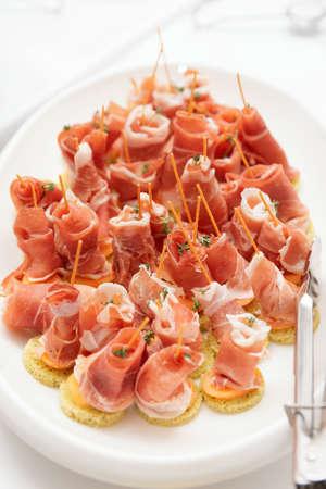 gressins: Platter avec jambon, melon et gressins