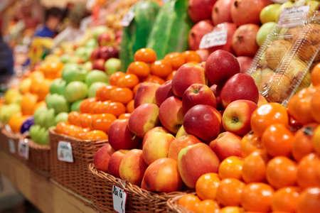 Fruits on a farm market shelf 免版税图像