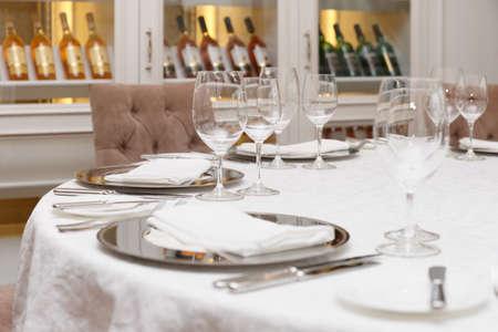 Tischgesteck in einem teuren Haute Cuisine Restaurant Standard-Bild - 27932736