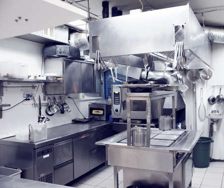 cocinas industriales: Cocina t�pica de un restaurante, tonificado Foto de archivo