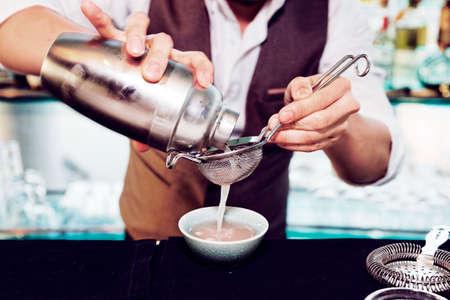 Barman is het maken van cocktail, afgezwakt