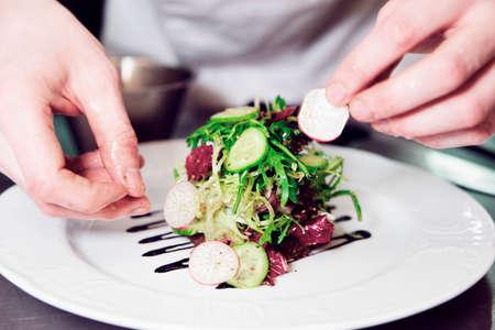 chef cocinando: El cocinero está adornando aperitivo, tonificado