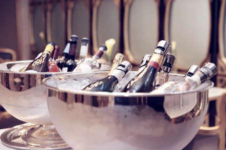 botella champagne: Tazones con champán helado, tonificado Foto de archivo