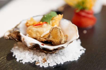 ostra: Tempura frito de ostras con cáscara, delicioso aperitivo