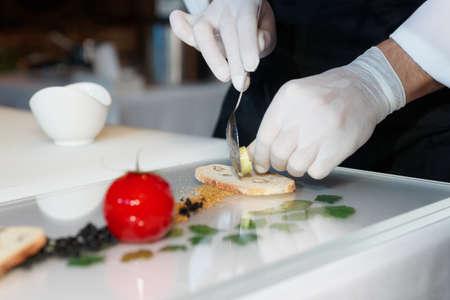 guantes: Chef es cocinar un plato elegante gourmet