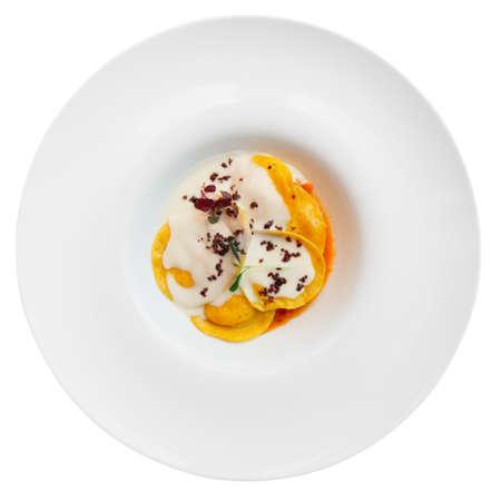 plato de comida: Raviolis con polenta aislados en blanco, plato italiano