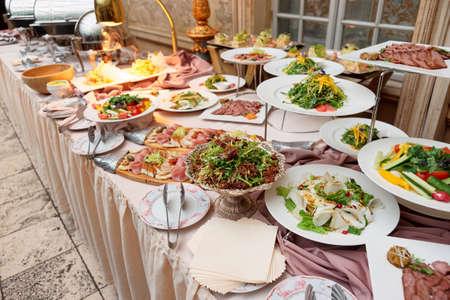 Catering tafel vol met eten, geen mensen