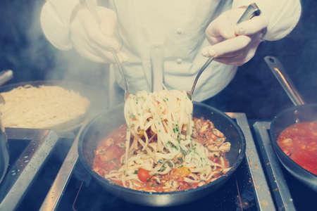 cocinero italiano: Fre�r Chef mejillones con la pasta en la cocina comercial, imagen de tonos