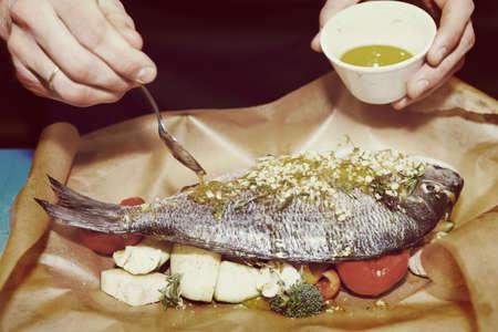 chef italiano: Chef es cocinar dorade con verduras, la imagen tonos
