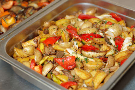 friture: Steel container with potato wedges and vegetables
