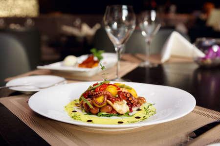 Zeevruchten voorgerecht op restaurant tafel