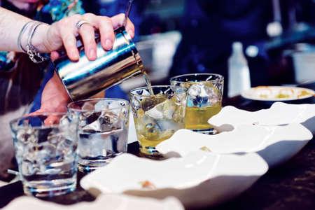 barra de bar: Bartender está haciendo cóctel en barra de bar, la imagen en tonos