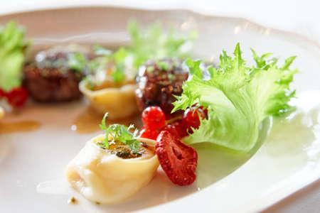 pato: La carne de pato con frutos y ravioles, primer plano, comida gourmet