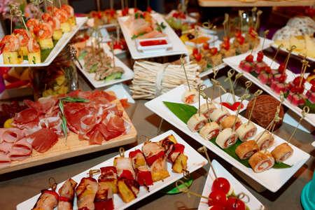 podnos: Různé občerstvení v restauraci u stolu, event catering