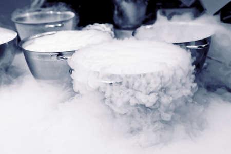 La elaboración de helados con nitrógeno líquido, cocina profesional Foto de archivo