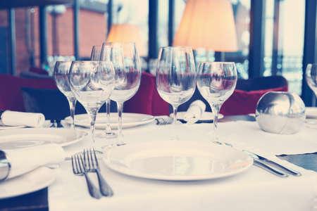 Couvert in een restaurant, gestemd beeld