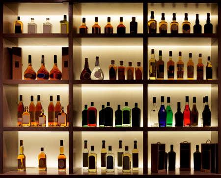 술집에서 다양 한 알코올 병, 다시 빛, 모든 로고 제거