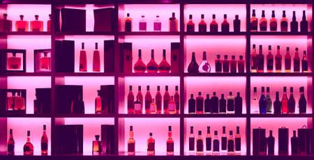 バー、バックライト、削除、すべてのロゴの他、各種のアルコール ボトル トーン イメージ 写真素材