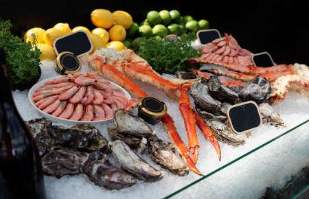 Gambe di granchio crudo, gamberetti e ostriche su ghiaccio nel ristorante di pesce Archivio Fotografico - 82056538