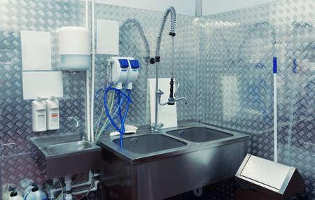 Salle de lavage de la vaisselle moderne dans une usine de transformation des aliments, image tonique Banque d'images - 84803896