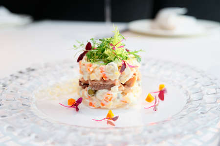 Russische salade gekookt op een moderne manier, getinte afbeelding