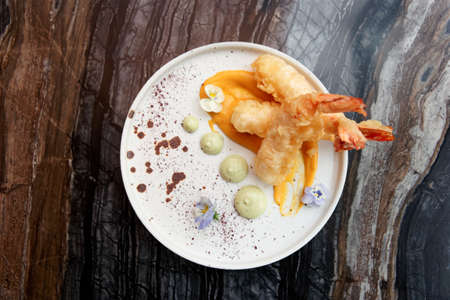 Deep fried shrimps in white plate on marble table shot from above 版權商用圖片