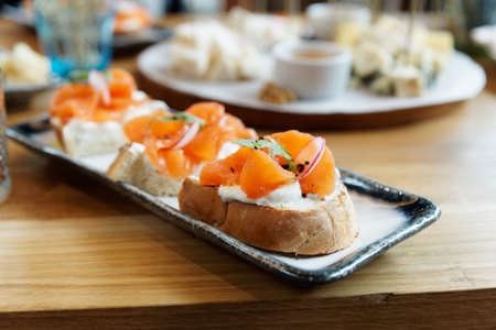 Bruschettas with smoked salmon and cream cheese, close-up 免版税图像 - 131466478