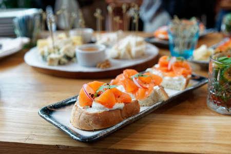 Saumon fumé, radis et fromage crémeux sur pain, ensemble de bruschettas, événement traiteur