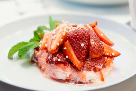 Strawberry dessert with mint and granulated sugar topping, close-up Stock fotó
