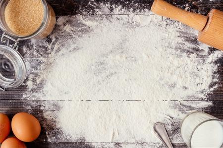 烘烤的背景。烘焙配料木製的桌子上