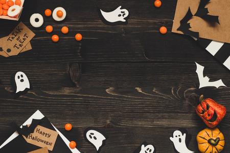 Хэллоуинские сладости, открытки на Хэллоуин и украшения из бумажной бумаги. Копирование пространства. Фото со стока