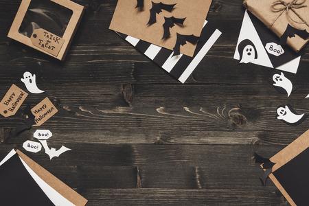 Карты Хэллоуина с украшением Хэллоуина из бумажной бумаги. Копирование пространства Фото со стока