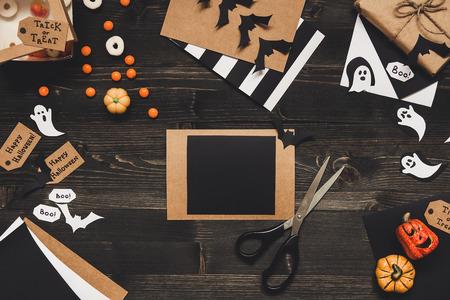Хэллоуин с украшением Хэллоуина из бумажной бумаги. Копирование пространства